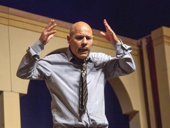 תיאטרון השחר רב - תרבותי | השחקן אורי גבריאל - תמונה מההצגה 'הבנות של אבא'